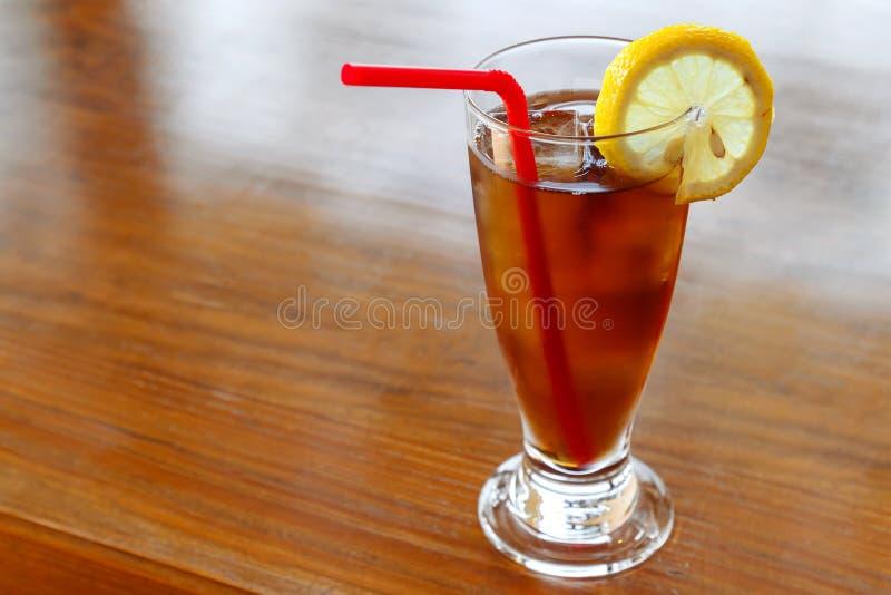 Verre de thé de citron de glace sur un Tableau photo stock