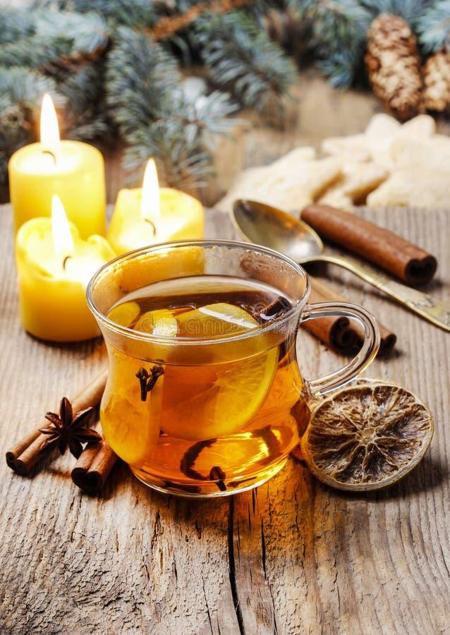 Verre de thé de cuisson à la vapeur chaud parmi des décorations de Noël images stock