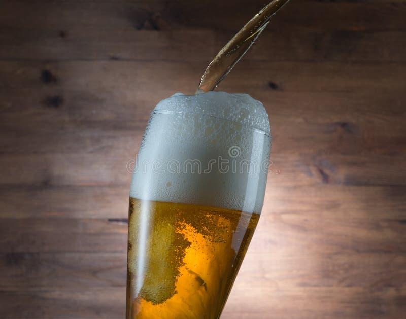 Verre de versement de bière photos libres de droits