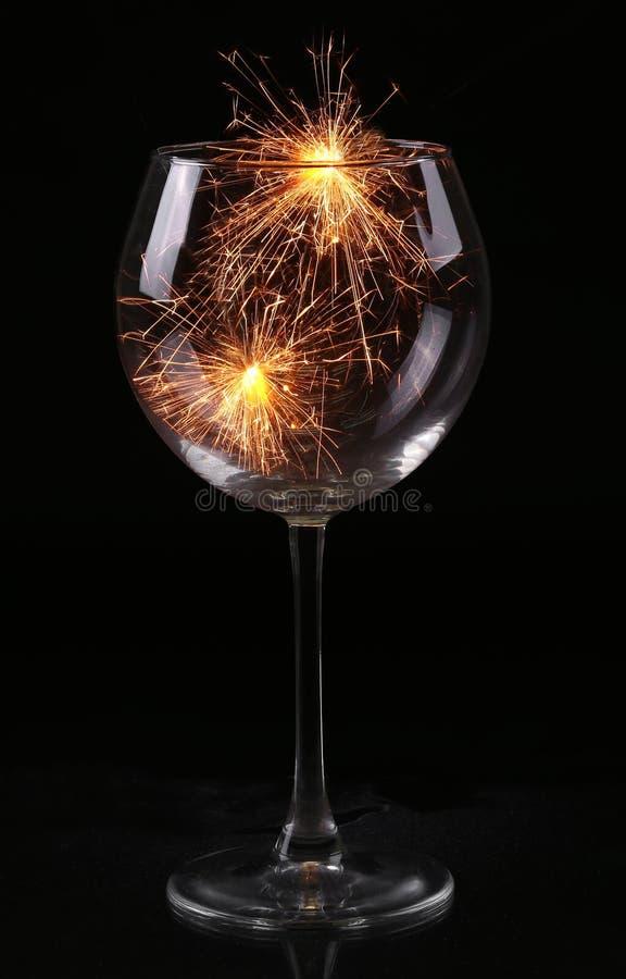 Verre de vin avec un cierge magique photo stock