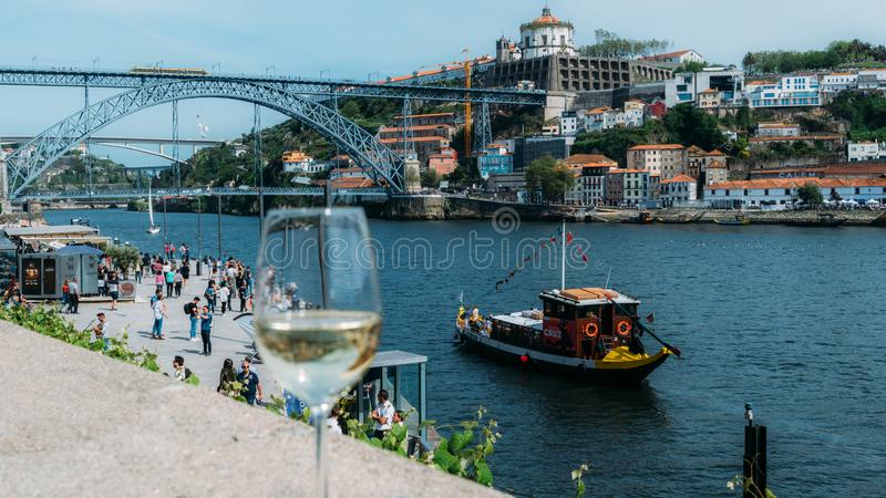 Verre de vin blanc donnant sur Cais DA Ribeira sur la rivi?re Douro ? Porto, Portugal photos libres de droits