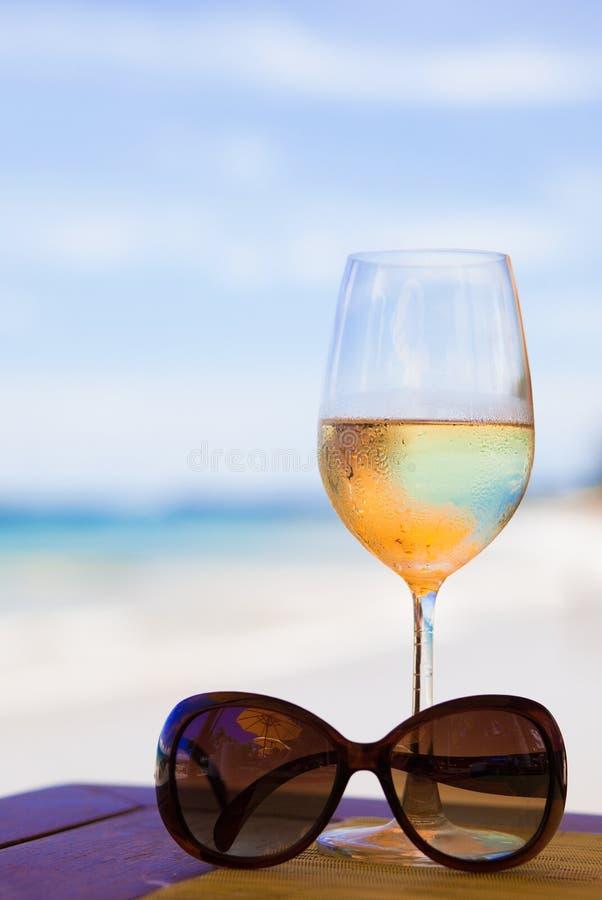 verre de vin blanc et de lunettes de soleil effrayants dessus image stock image du t alcool. Black Bedroom Furniture Sets. Home Design Ideas