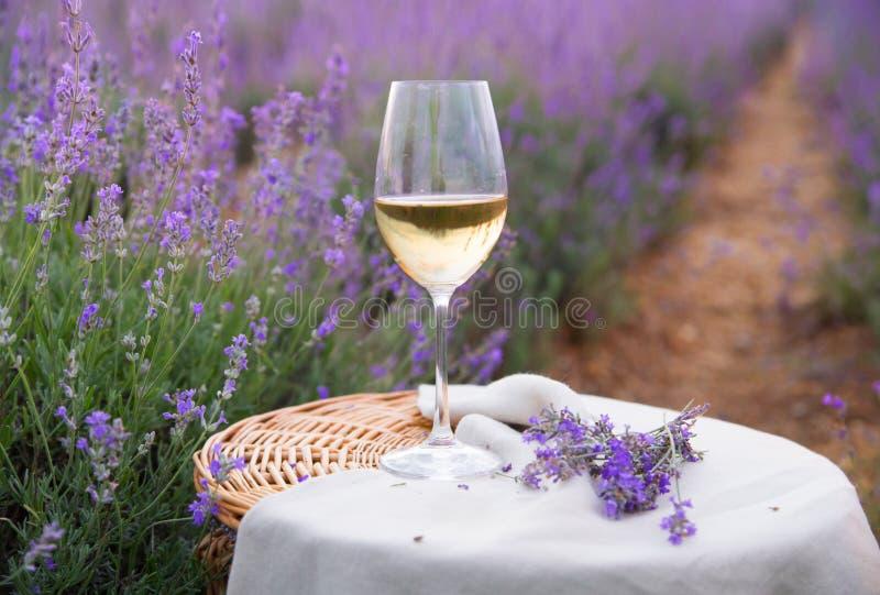 Download Verre De Vin Contre La Lavande Photo stock - Image du outside, zone: 56478730