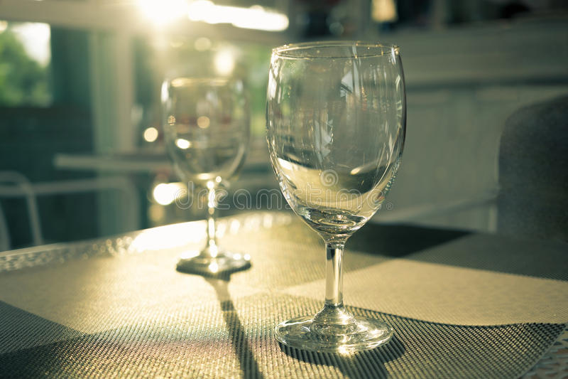 Verre de vin de luxe avec la lumière du soleil parfaite images stock