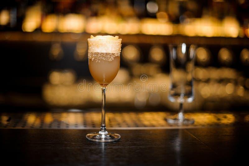 Verre de vin de liqueur rempli de cockta aigre délicieux de crusta d'eau-de-vie fine photographie stock