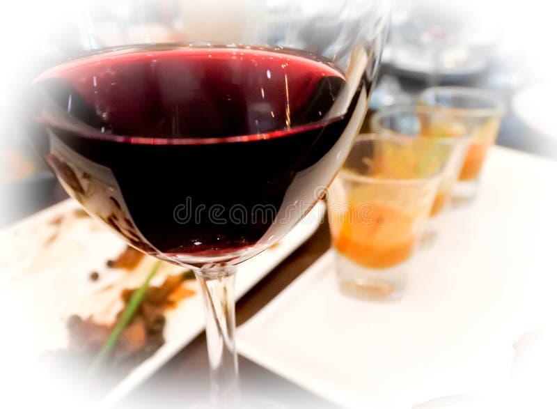 Verre de vin rouge après partie d'essai du vin image libre de droits