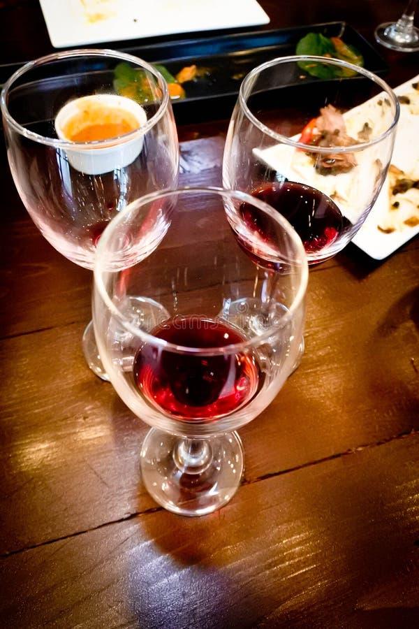 Verre de vin rouge après partie d'essai du vin photos stock