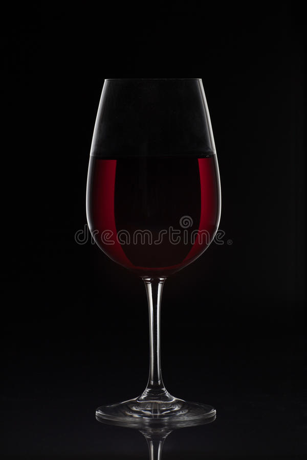 verre de vin rouge avec du vin sur le fond noir image stock image du compl tement l gance. Black Bedroom Furniture Sets. Home Design Ideas