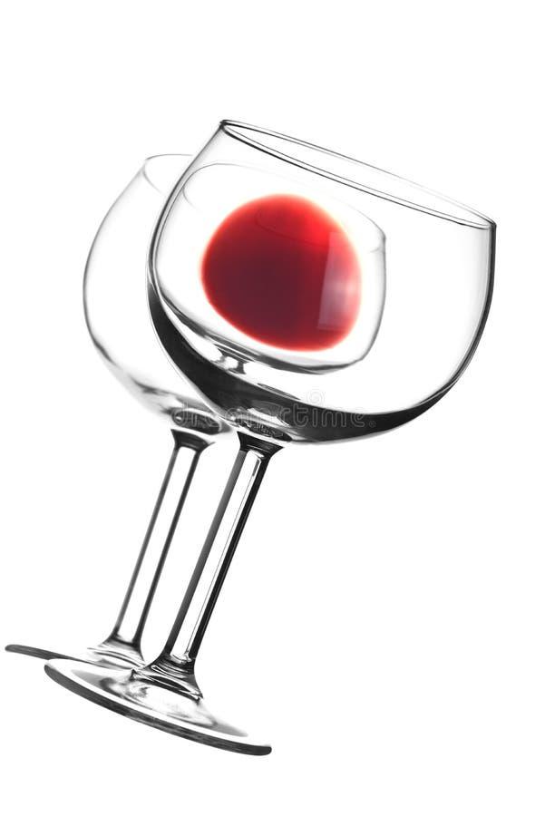 Verre de vin rouge avec la réflexion dans la surface de miroir photographie stock libre de droits