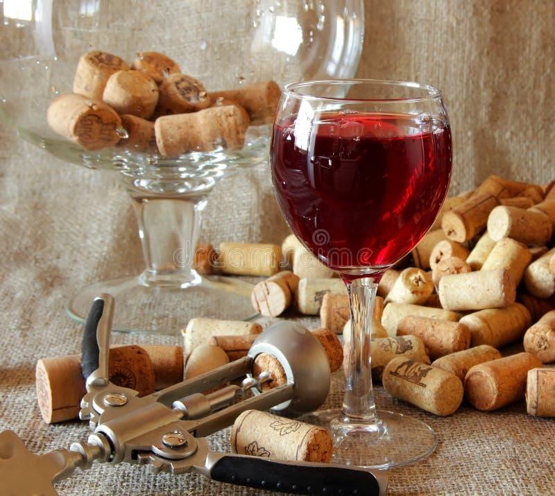 Verre de vin rouge, de tire-bouchon et de liège de vin sur la table photos stock