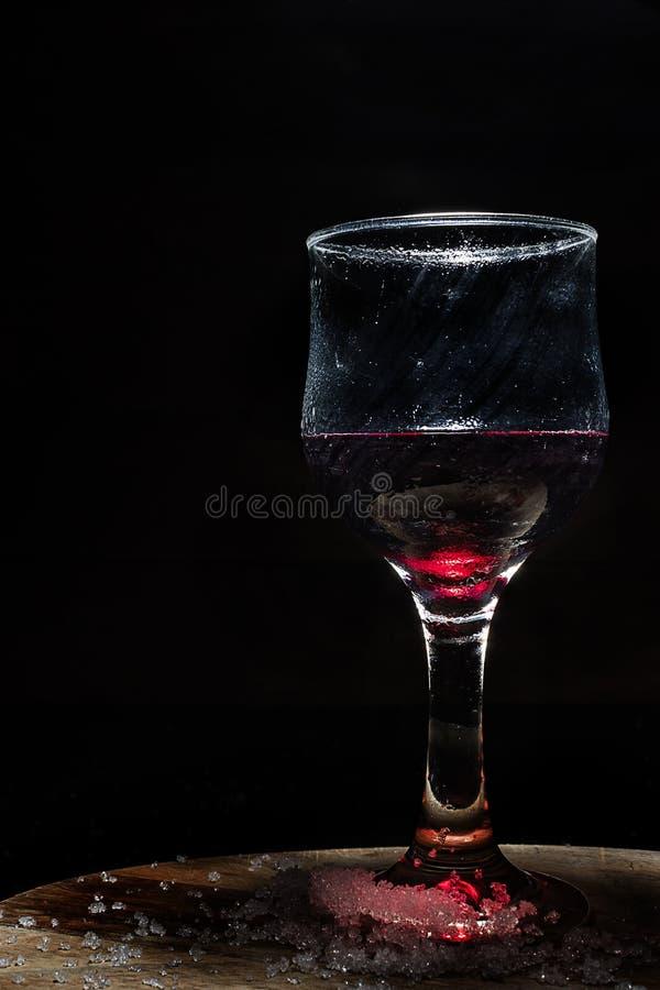 Verre de vin rouge glacé dans un arrangement rustique image libre de droits