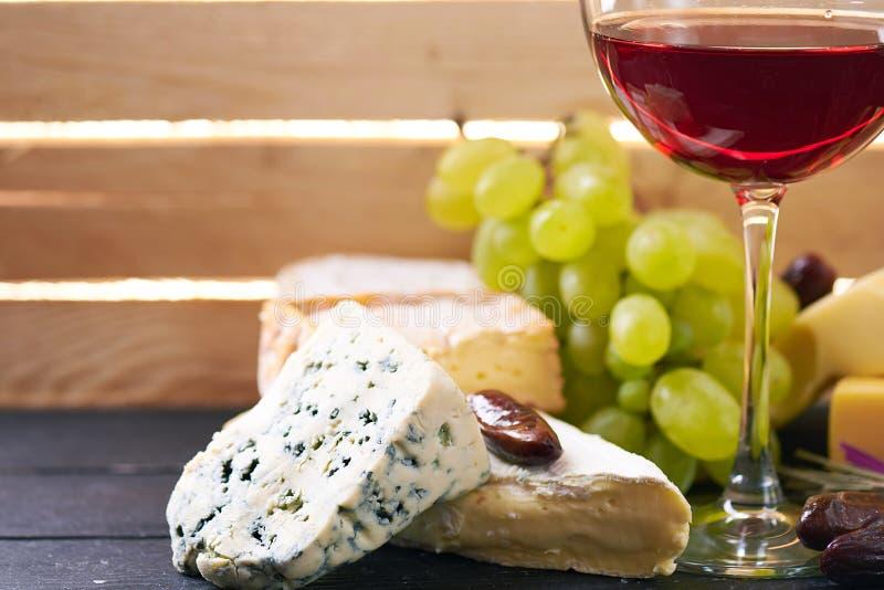 Download Verre De Vin Rouge, Servi Avec Des Raisins Et Le Fromage Image stock - Image du gouda, glace: 77159573