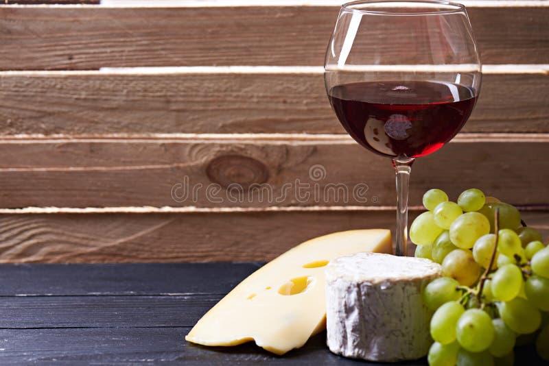 Download Verre De Vin Rouge, Servi Avec Des Raisins Et Le Fromage Image stock - Image du fruit, bouteille: 77162155