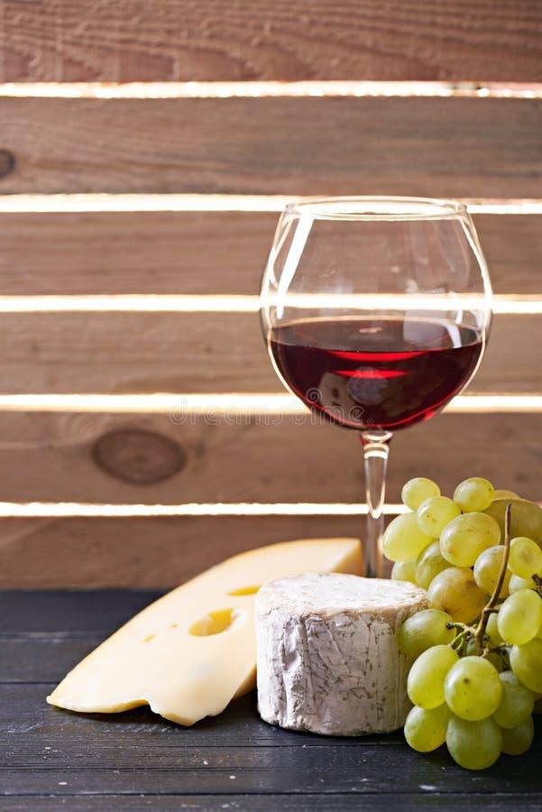 Download Verre De Vin Rouge, Servi Avec Des Raisins Et Le Fromage Image stock - Image du alcool, pain: 77162167