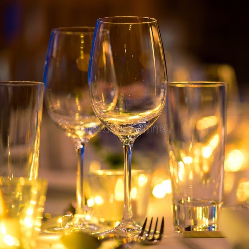 Verre de vin sur l'installation de mariage de dîner de table photo stock