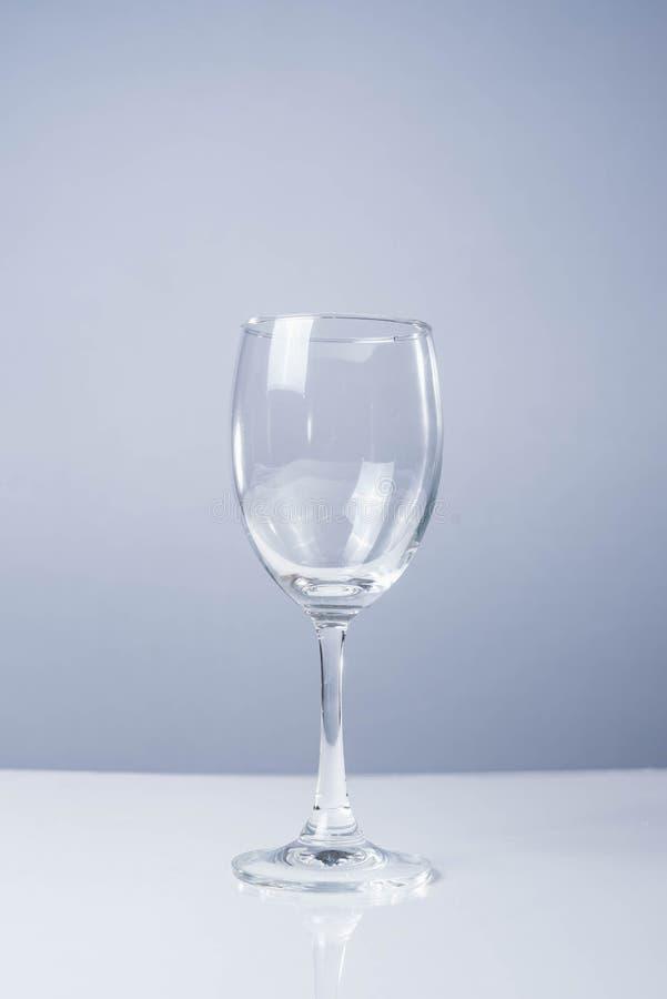 Verre de vin sur la table blanche photo stock