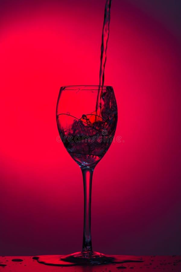 Verre de vin sur le fond lumineux image stock