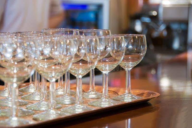 Verre de vin sur le plateau photo stock
