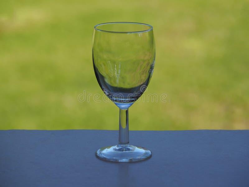 Verre de vin vide et habituel de tige épaisse photographie stock libre de droits