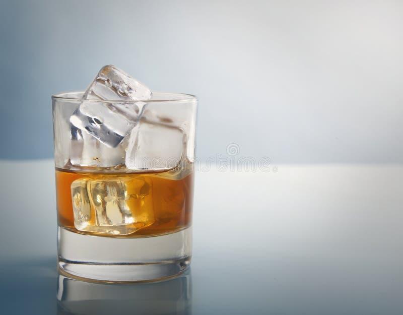 Verre de whiskey avec le tir de studio de glaçons image stock