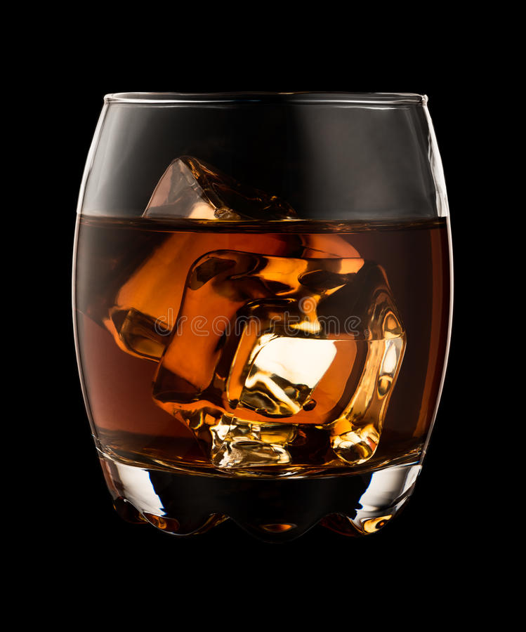 Verre de whiskey d'isolement sur le fond noir images libres de droits