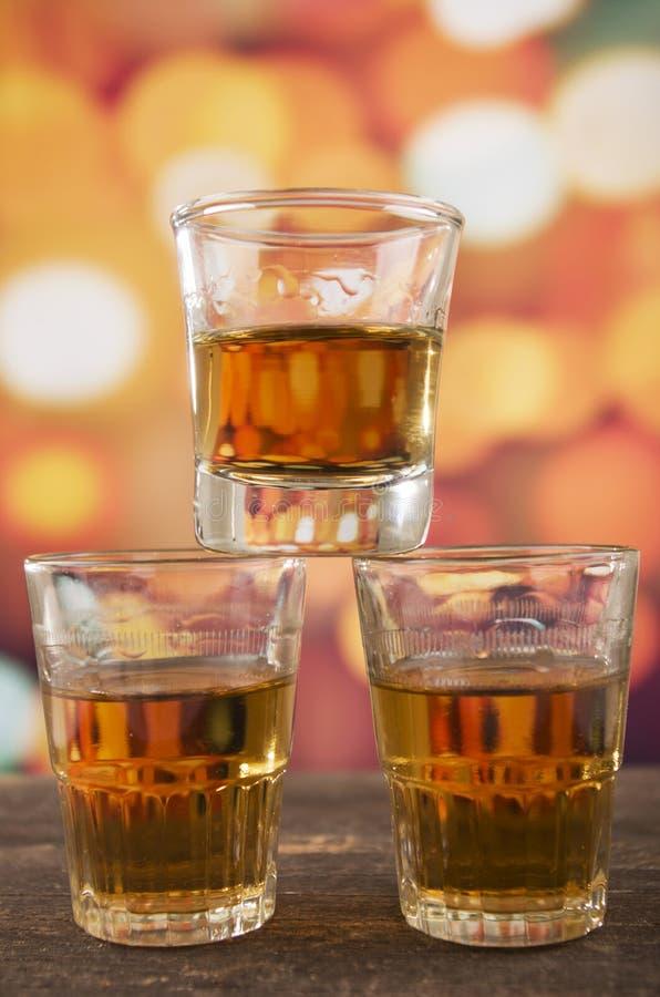 Download Verre De Whiskey De Rhum Au-dessus Des Lumières Defocused Photo stock - Image du liquor, classique: 45356672