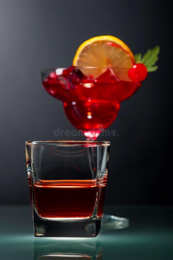 Verre de whiskey et de cocktail sur un fond noir photo stock