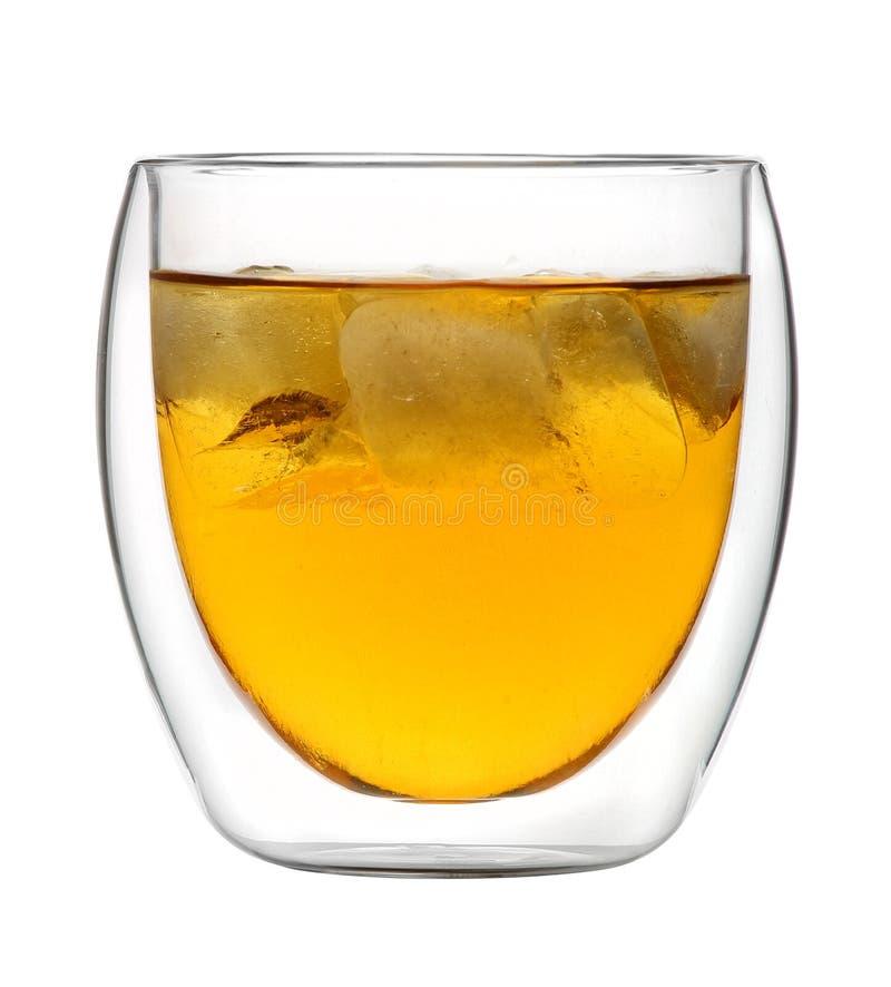 Verre de whiskey sur les roches - avec des glaçons contre le CCB blanc photo libre de droits