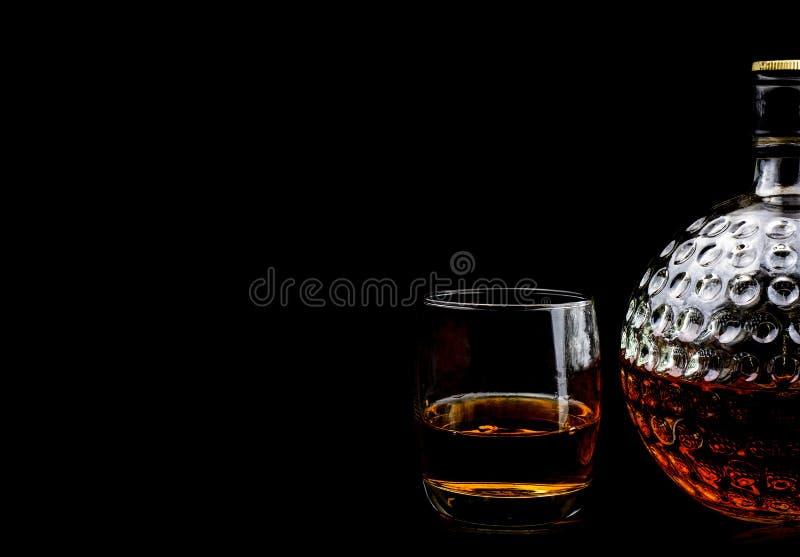 Verre de whisky écossais et de vieux décanteur images libres de droits