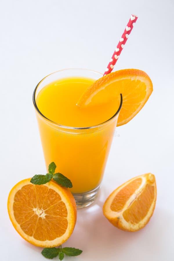 Verre du petit déjeuner frais Juice Isolated orange sur le blanc images stock