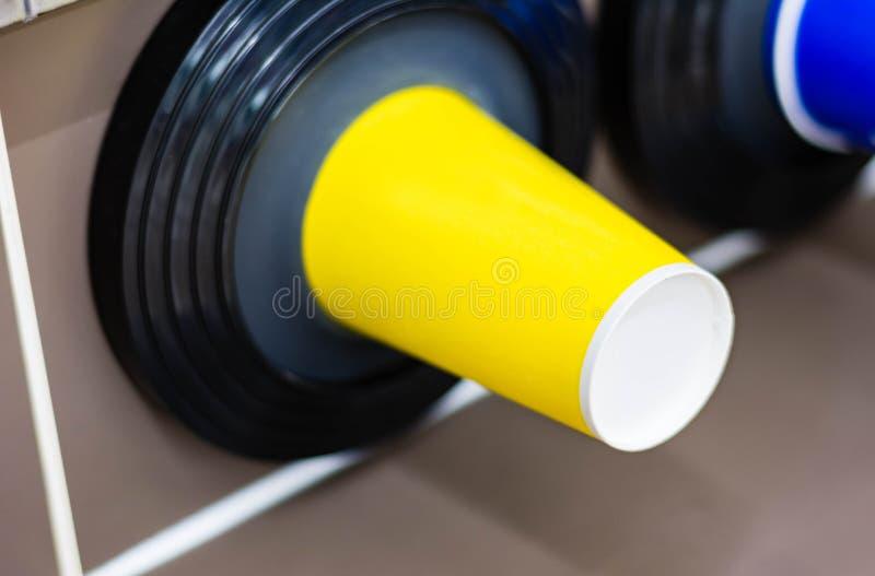 Verre en plastique dans le cylindre de stockage sous une machine plus fraîche photographie stock libre de droits