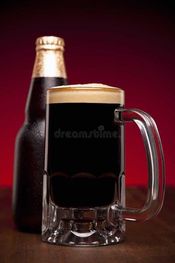 Verre et bouteille de bière image libre de droits