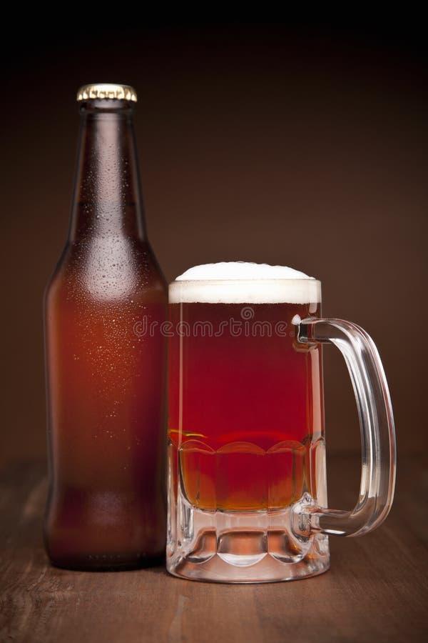 Verre et bouteille de bière photographie stock