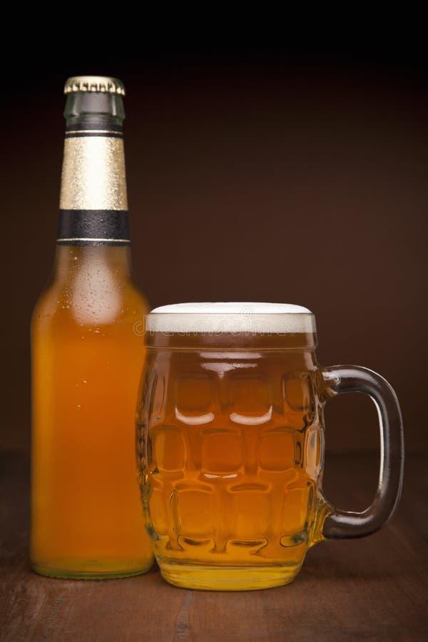 Verre et bouteille de bière photos libres de droits
