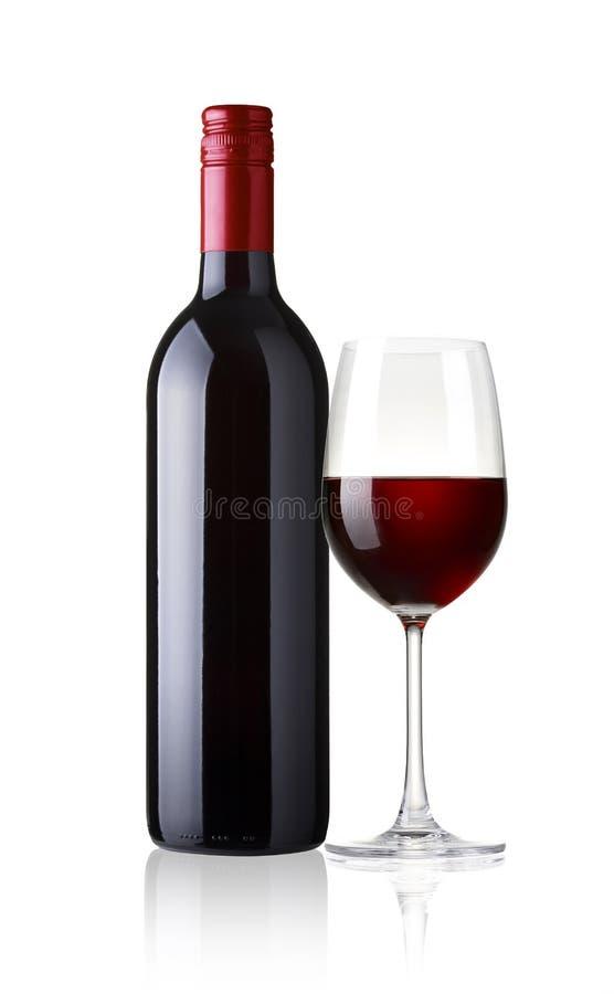 Verre et bouteille de vin rouge sur le fond blanc photos libres de droits