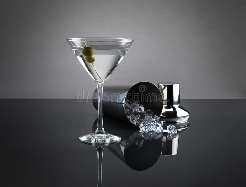 Verre et dispositif trembleur de Martini sur le fond gris photo stock