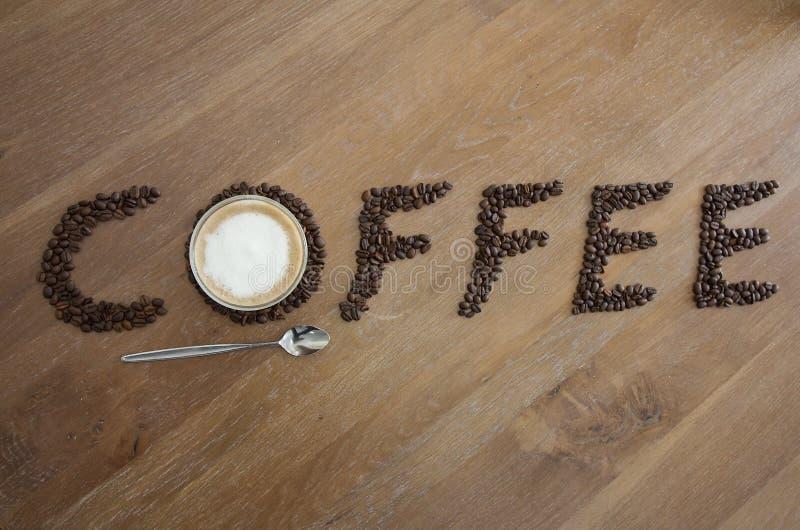 Verre et haricots de tasse de café photographie stock