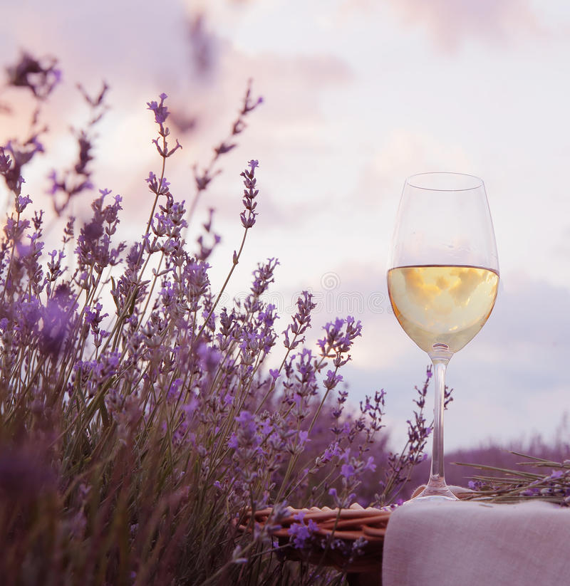Download Verre et lavande de vin image stock. Image du agriculture - 56478773