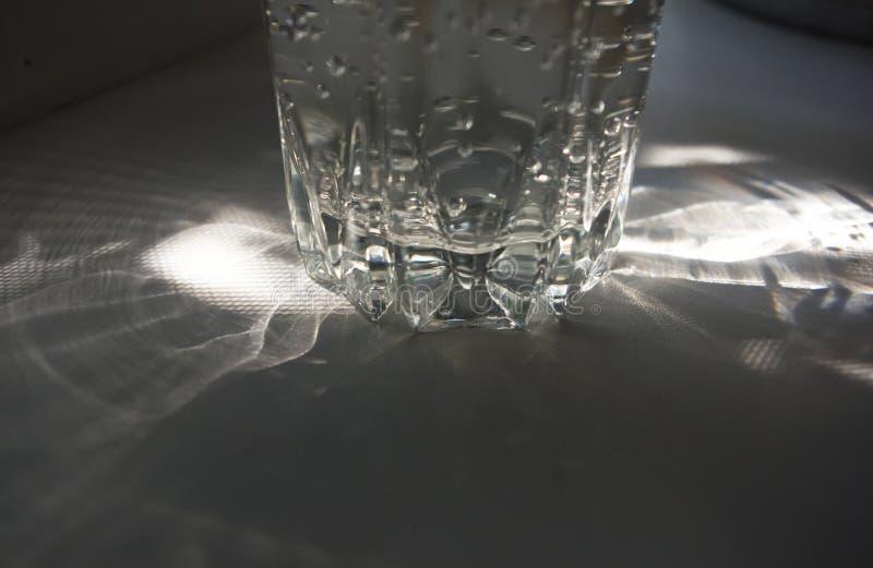 verre facetté transparent avec de l'eau pétillant image stock