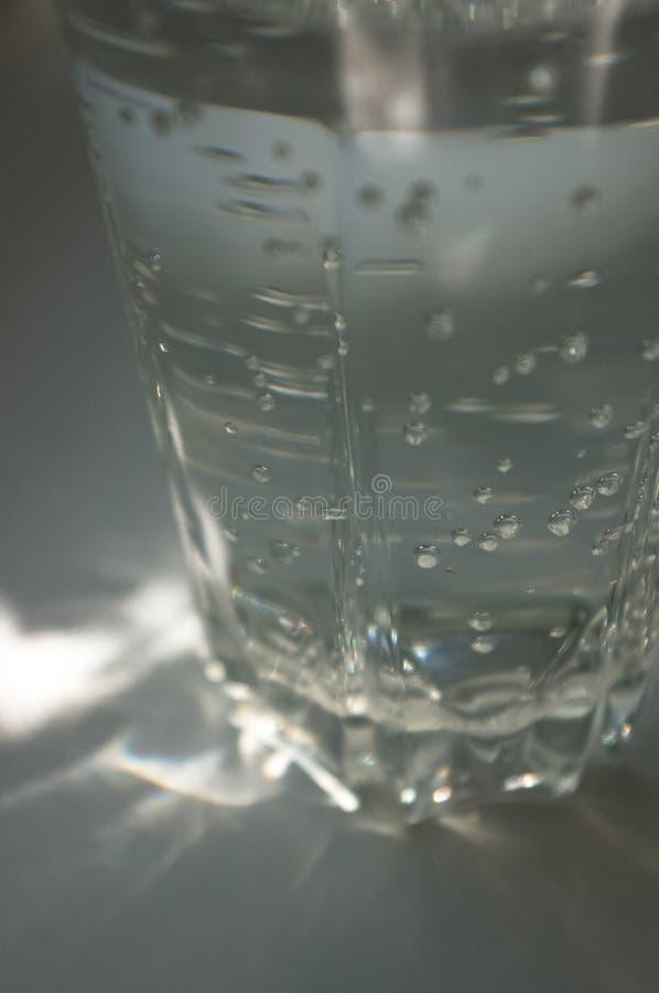 verre facetté transparent avec de l'eau pétillant photographie stock