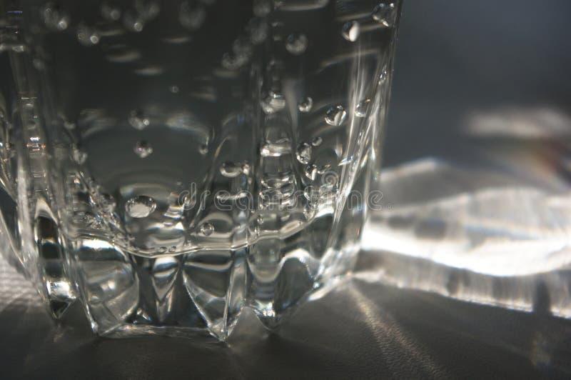 verre facetté transparent avec de l'eau pétillant photos libres de droits