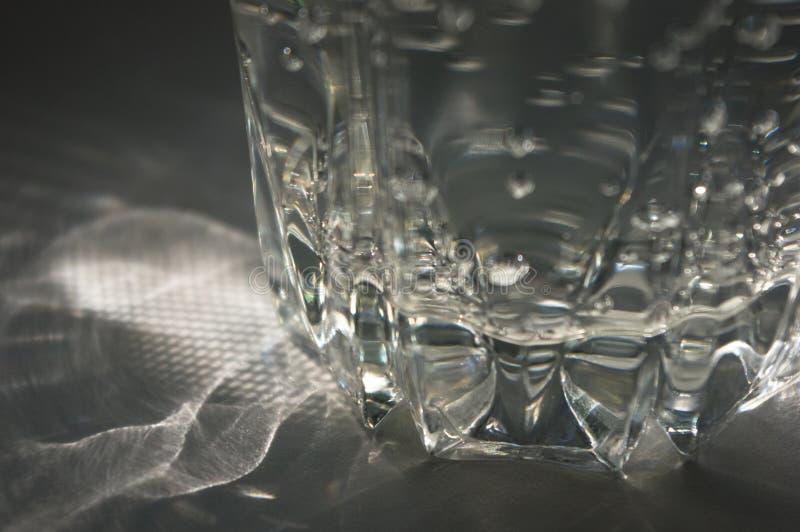 verre facetté transparent avec de l'eau pétillant image libre de droits