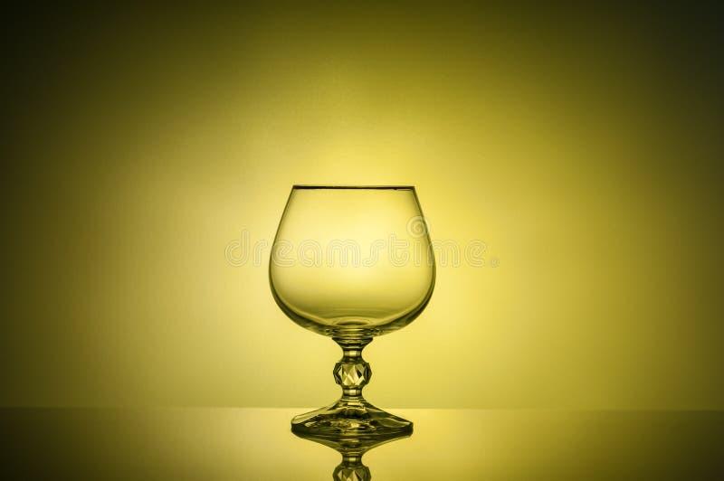 Verre gentil de photo de cognac jusqu'à la lumière image libre de droits