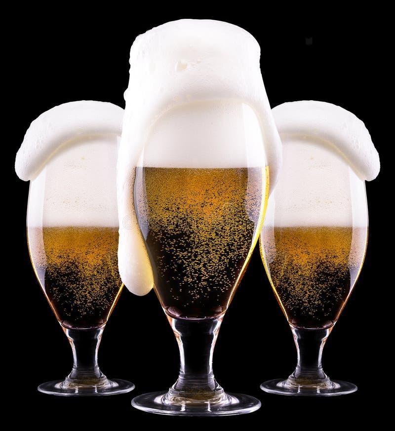 Verre givré de bière blonde sur le fond noir photo stock