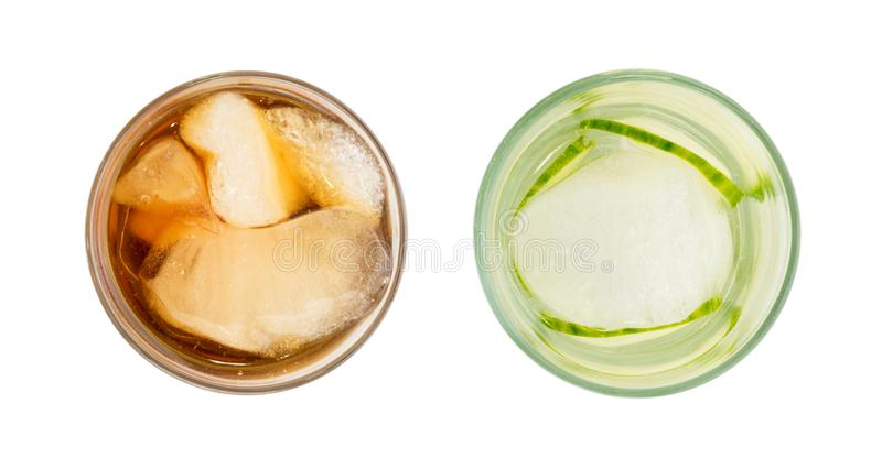 Verre glacé de whiskey d'isolement sur le fond blanc photo stock