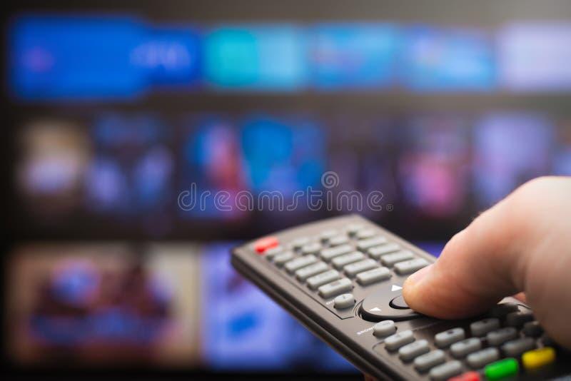 Verre in hand van TV stock foto's