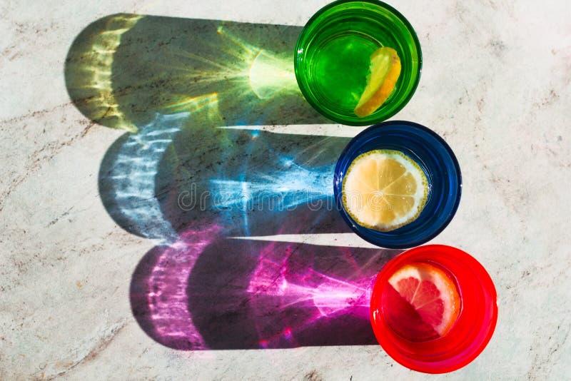 Verre lumineux de vue supérieure avec la tranche de boissons et de citron, belle ombre sur une table de marbre en pierre image stock