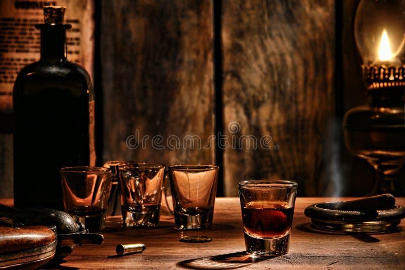 Verre occidental américain de whiskey de légende sur la barre occidentale photo stock