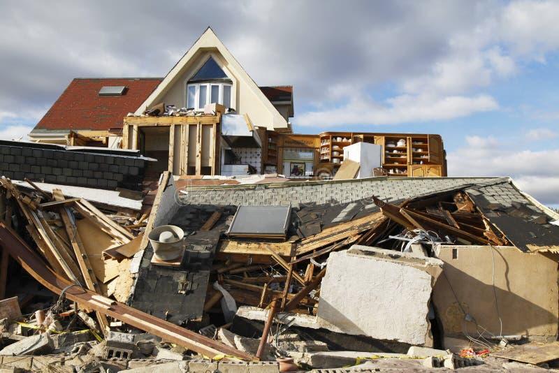 Vernietigd strandhuis in de nasleep van Orkaan Zandig in Verre Rockaway, NY stock afbeelding