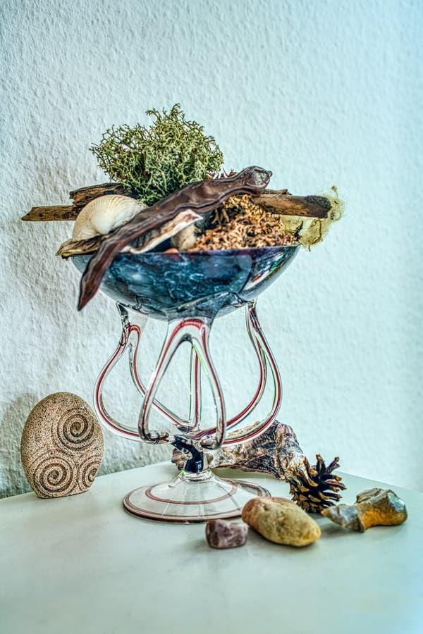 Verre soufflé de main décoré des souvenirs naturels photos stock